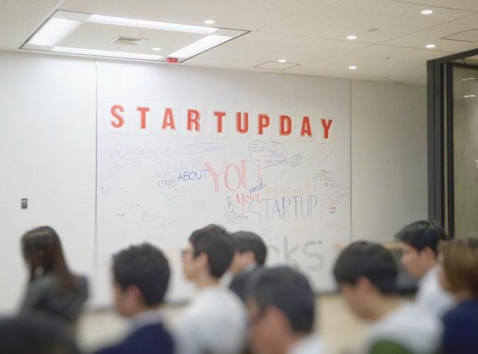 Jeunes à une conférence de startups