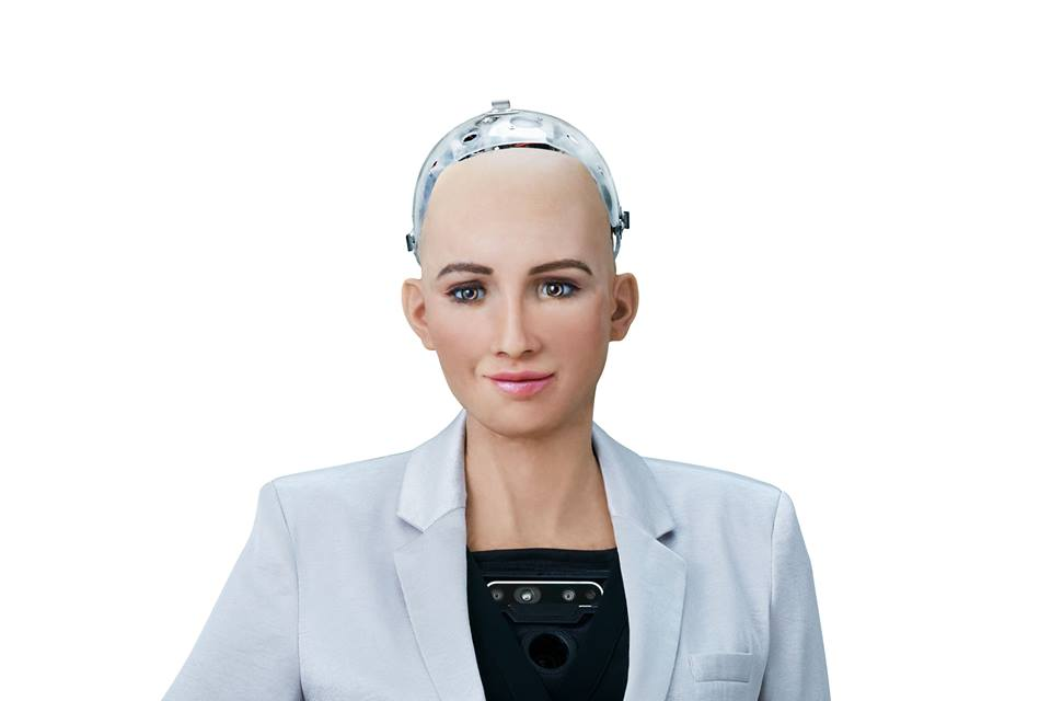 Photo du robot Sophia en costume blanc