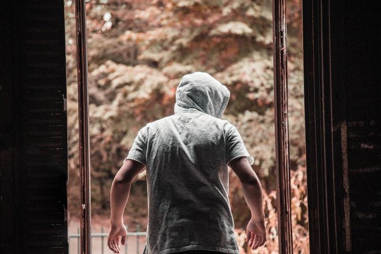 Une jeune homme rentré par effraction dans un appartement