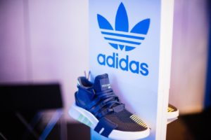 Une paire de chaussures Adidas