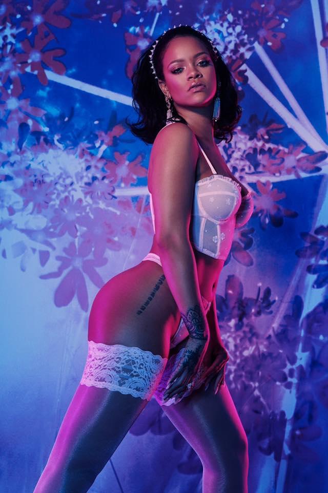 Rihanna dans un bustier et un string blancs