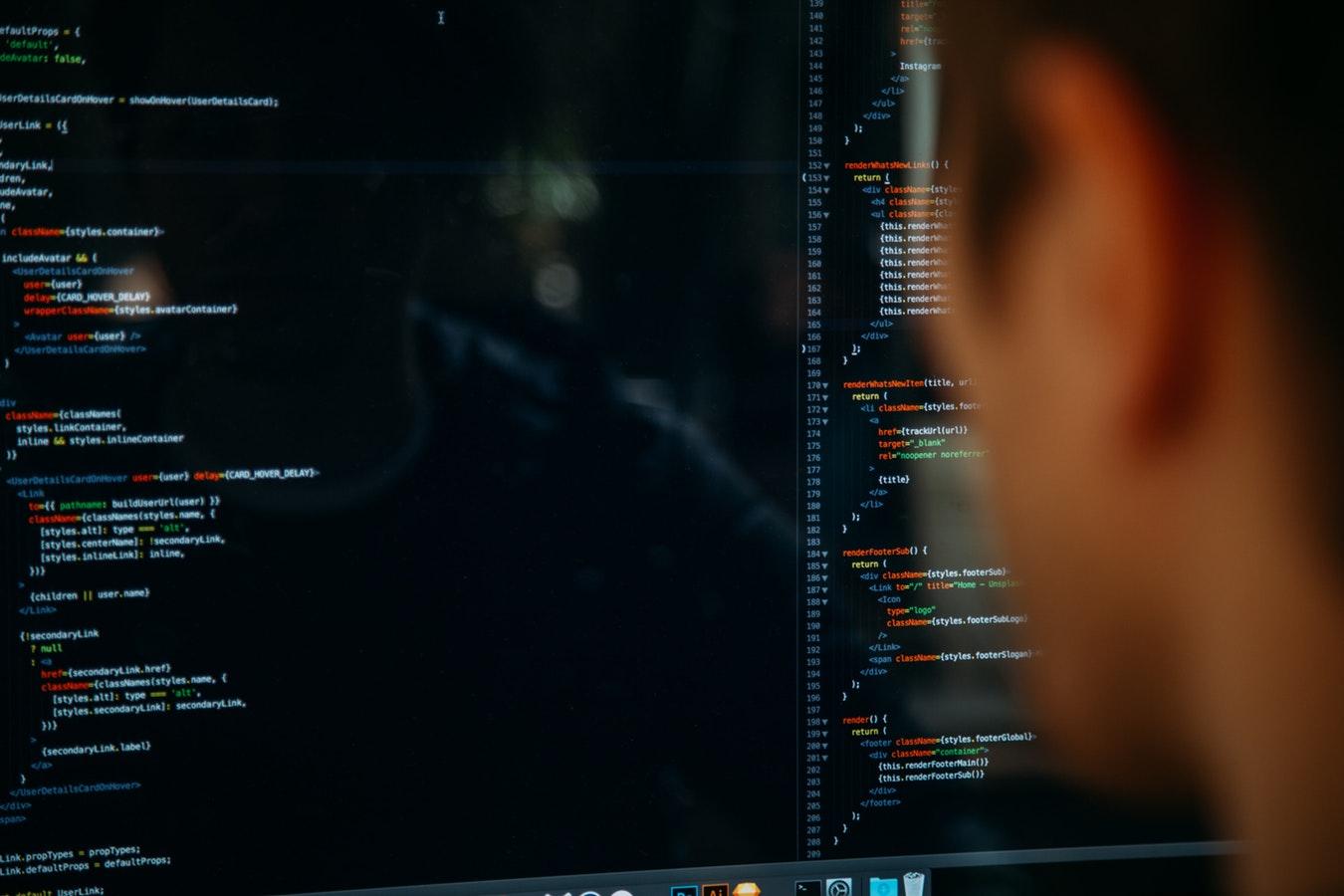 Un hacker devant un écran d'ordinateur