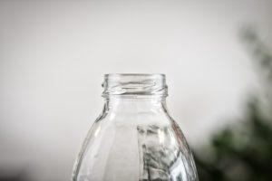 Une bouteille en plastique sans son bouchon