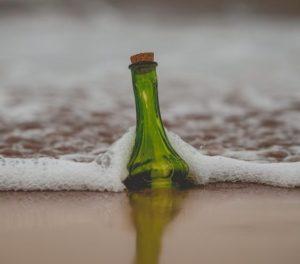 Une bouteille échouée sur une plage