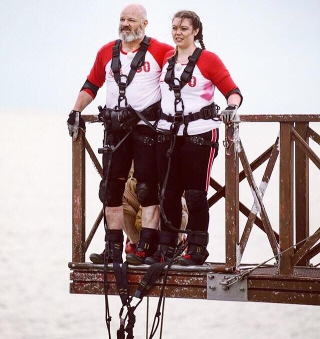Héloïse Martin, en compagnie de Philippe Etchebest pour le double saut à l'élastique, dans Fort Boyard