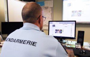 Un gendarme français devant un ordinateur