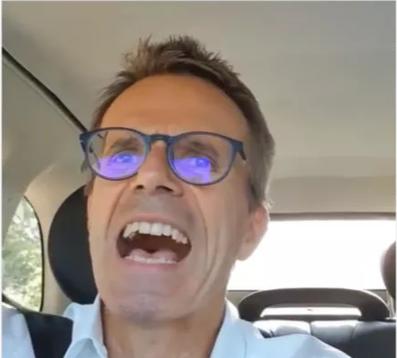 Uwe Baltner poussant la chansonnette dans sa voiture
