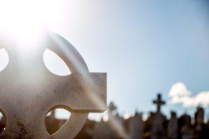 Une croix et pierres tombales