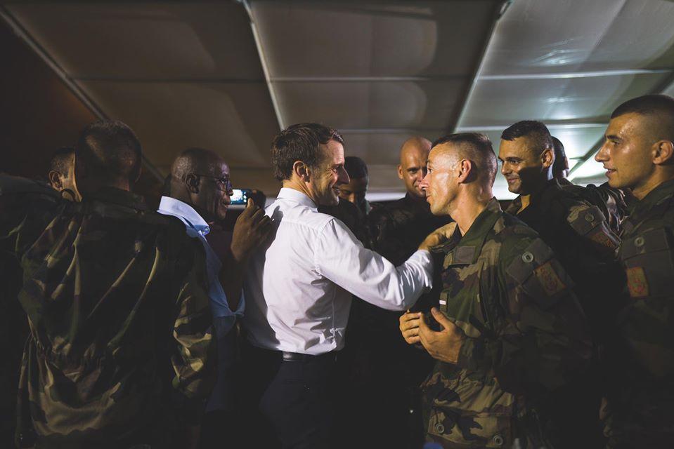 Emmanuel Macron saluant des soldats français du 43e BIMA à Abidjan, lors de sa visite du 20 au 22 décembre 2019 en Côte d'Ivoire.
