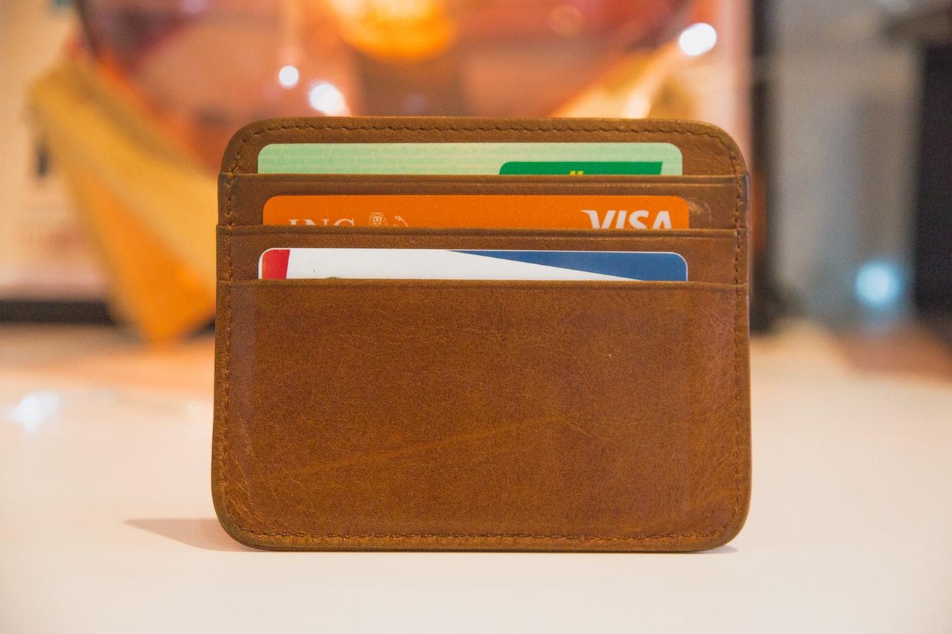 Des cartes bancaires dans un portefeuille.