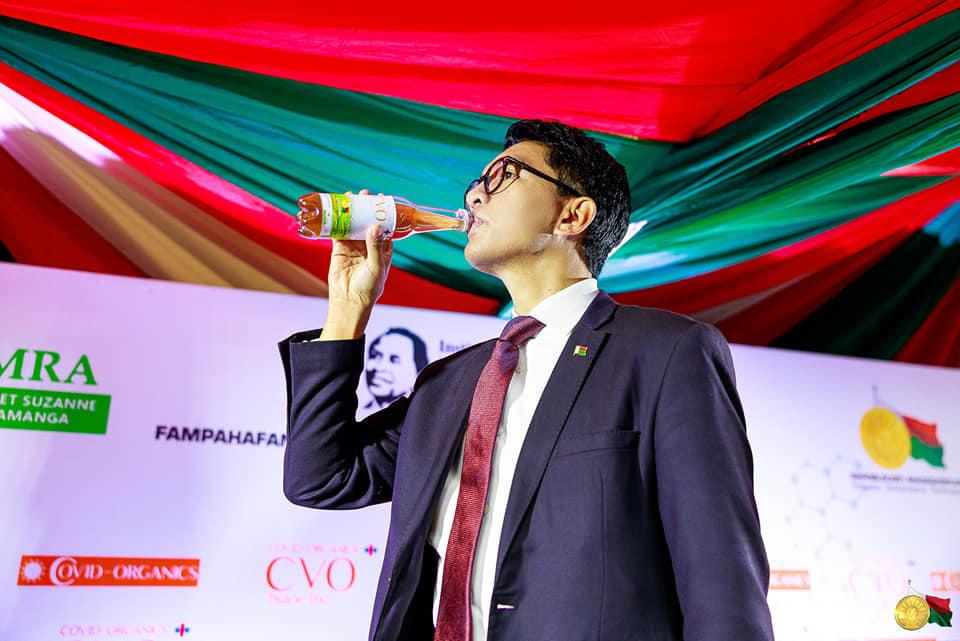 Le président Andry Rajoelina ingurgitant le « Covid-Organics », lors de sa présentation le lundi 20 avril 2020.