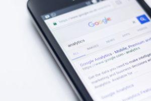 Un téléphone affichant Google Analytics
