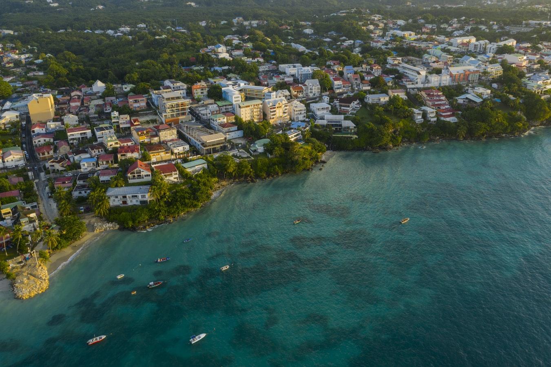 Photo aérienne prise par drone du Gosier pendant le lever du soleil, Guadeloupe (France), destination touristique estivale populaire.