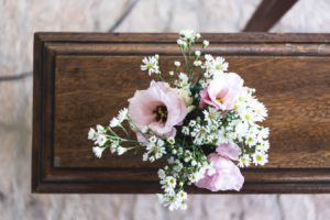 Des fleurs posées sur un cercueil (Photo : Unsplash)..