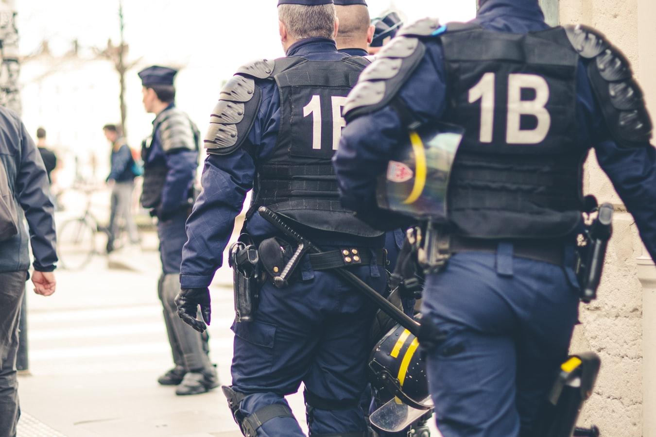 Des policiers dans une rue de Paris.