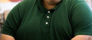 Un homme obèse.